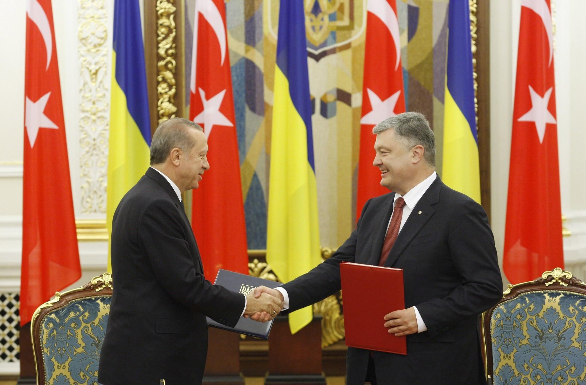 President Erdou011fan (L) and Ukrainian President Poroshenko shake hands after signing bilateral agreements  following their meeting in Kiev, Ukraine, Oct. 9.