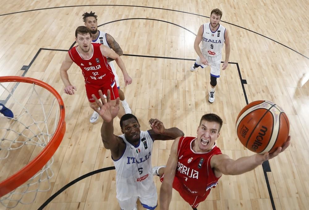 Serbia's Bogdan Bogdanovic (R), shoots past Italy's Paul Biligha (L), during their Eurobasket European Basketball Championship quarterfinal match in Istanbul, Wednesday.