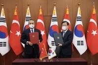 وزير الخارجية التركي مولود تشاوش أوغلو، مع نظيره الكوري جنوبي جونغ أوي يونغ في العاصمة سيول الأناضول