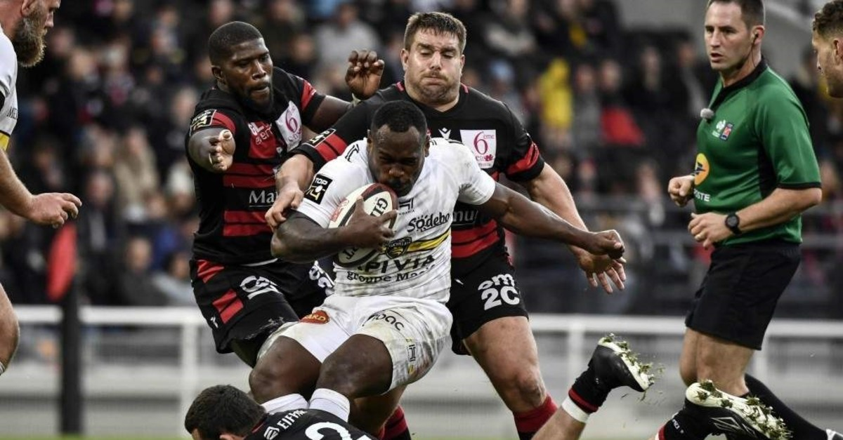 La Rochelle's Levani Botia (C) vies with Lyon's French prop Raphael Chaume (C behind), Lyon, Nov. 10, 2019.  (AFP Photo)