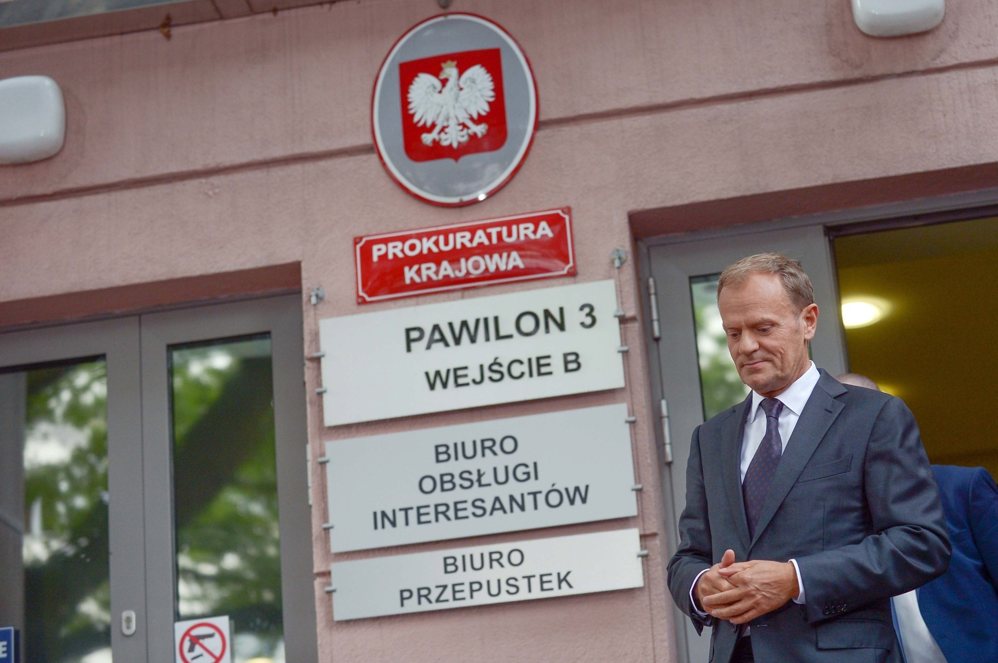 Donald Tusk (C) leaves the National Public Prosecutor's Office after having been questioned for eight hours over the 2010 presidential plane crash near Smolensk, in Warsaw, Poland, 03 August 2017.  (EPA Photo)