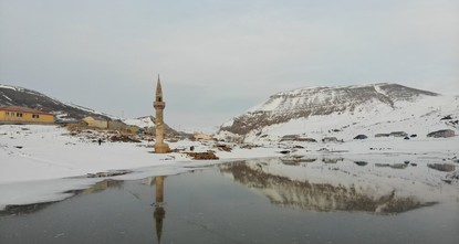 مئذنة مسجد أغرقه الجليد تجذب الكثيرين إلى بحيرة آغري شرق تركيا