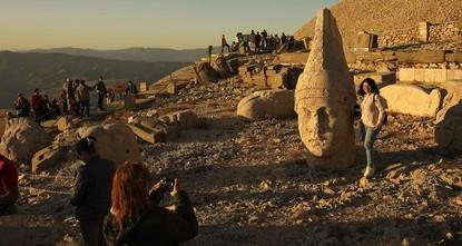Закат окрасил древние статуи на вершине горы Немрут