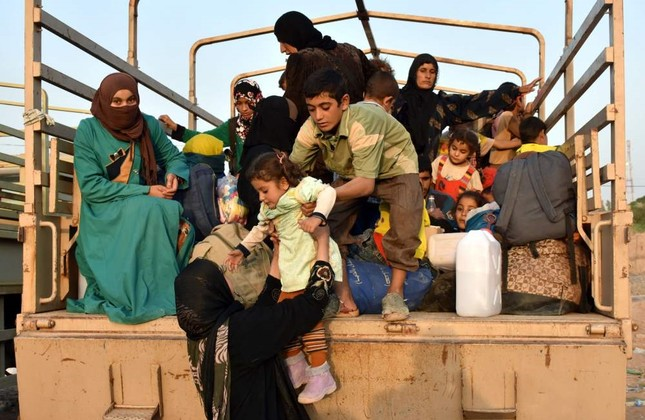 Displaced Iraqis, who fled the northern city of Hawija to escape from Daesh terrorists, arrive in al-Dibis, some 44 kilometers northwest of Kirkuk, Sept. 30.