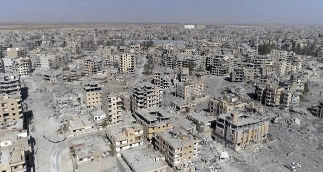 صورة تظهر مدى الدمار الذي لحق بمدينة الرقة السورية جراء قصف التحالف الدولي بقيادة الولايات المتحدة (أسوشيتد برس)
