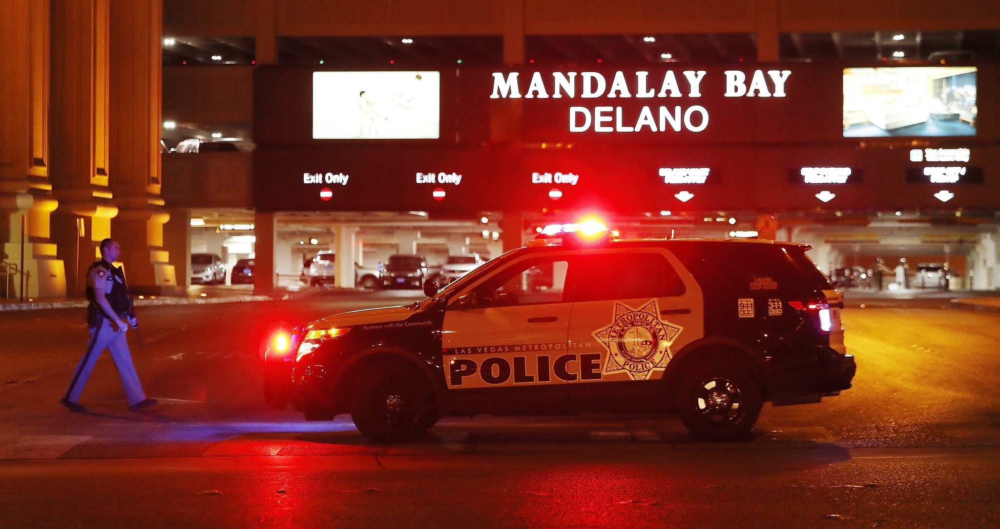 Las Vegas Metropolitan Police outside the Mandalay Bay hotel near the scene of the mass shooting at the Route 91 Harvest festival on Las Vegas Boulevard in Nevada, Oct. 2 2017. (EPA Photo)