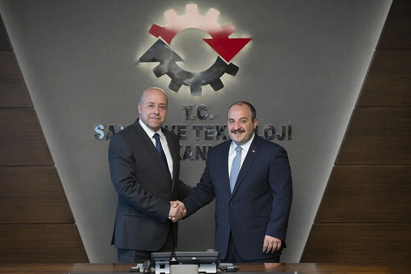 Industry and Technology Minister Mustafa Varank (R) shakes hands with Oyak Renault Automobile Factory General Manager Antoine Aoun (L). (AA Photo)