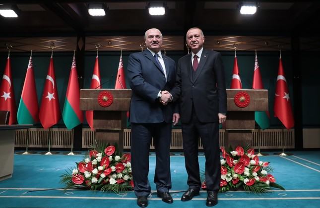 President Recep Tayyip Erdoğan, right, and Belarusian President Alexander Lukashenko shakes hands before their talks in Ankara, April 16, 2019.