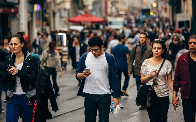 Hurrying people walk down the Istiklal avenue on rush hour, in Istanbul, Turkey. (Sabah File Photo)