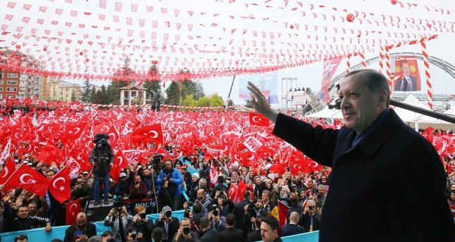 President Recep Tayyip Erdoğan greets people in Rize during a referandum rally on April 3.