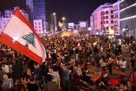 محتجّون لبنانيون يقطعون عددا من الطرق في العاصمة اللّبنانيّة بيروت، منها جسر الرينغ  (الأناضول)