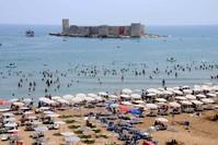 شواطئ مرسين وفي الخلفية قلعة قز قلعه سي (الأناضول)