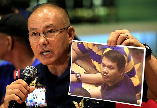 Oscar Albayalde, a chief of the capital's police office, shows to journalists a picture of a gunman Jessie Javier Carlos, a 42-year-old Filipino, who was behind an attack on a Resorts World casino on Friday. (Reuters Photo)