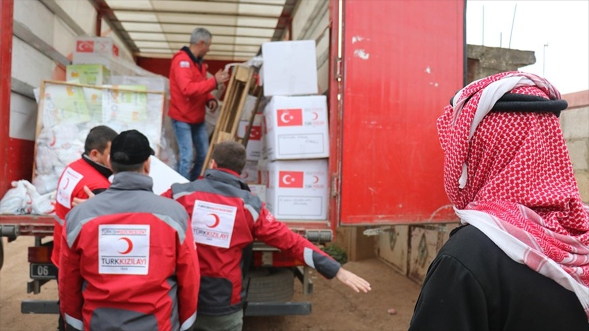 Aid workers from the Turkish Red Crescent delivering humanitarian assistance to Syria's Afrin (AA File Photo)