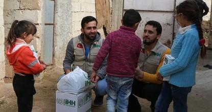 قدمت هيئة الإغاثة الإنسانية التركية (İHH)، مساعدات إنسانية لسكان قرى في منطقة عفرين شمالي سوريا، بعد تحريرها من أيدي التنظيمات الإرهابية، في إطار عملية