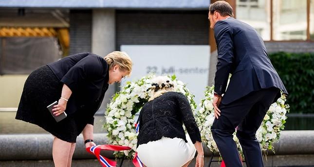 Norwegische Ministerpräsidentin Erna Solberg (L), Kronprinzessin Mette-Marit (M) und Kronprinz Haakon (R) legen Kranz nieder. (AFP Foto)