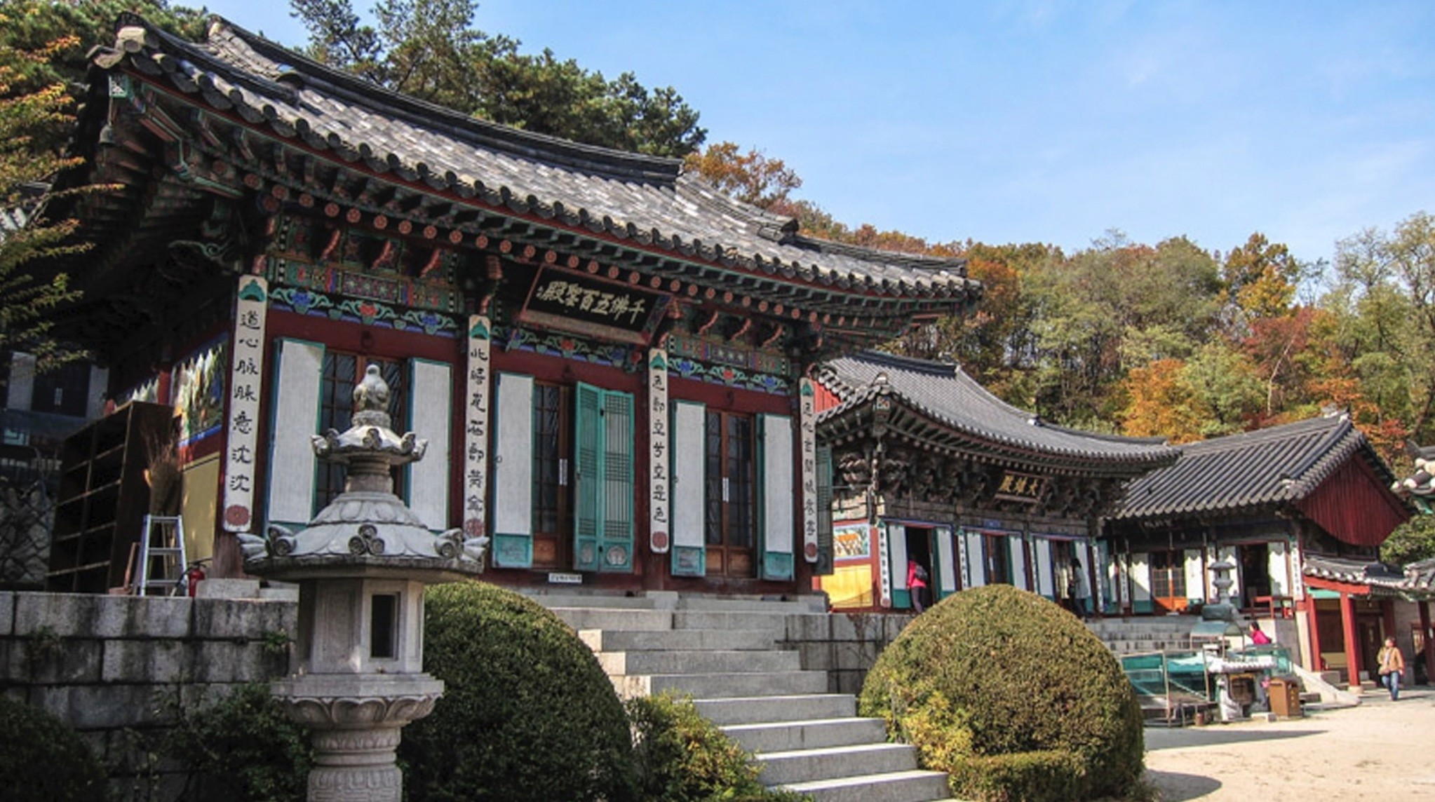 Although Hwagyesa Temple is located in the heart of Seoul, the surrounding mountains and landscapes offer an escape from the urban life.
