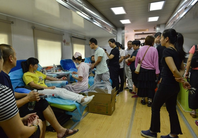 Residents donate blood in Hengdong, China's central Hunan province, on September 13, 2018 to help those injured after a man drove into a crowded public square on September 12. (AFP Photo)