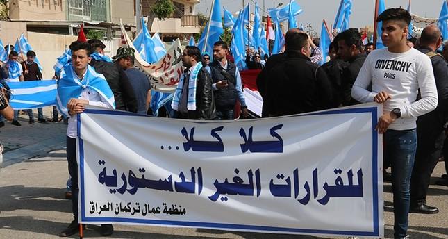 مجموعة من تركمان العراق يحتجون على قرار رفع علم الإقليم الكردي فوق المؤسسات الحكومية بكركوك  (وكالة الأناضول)