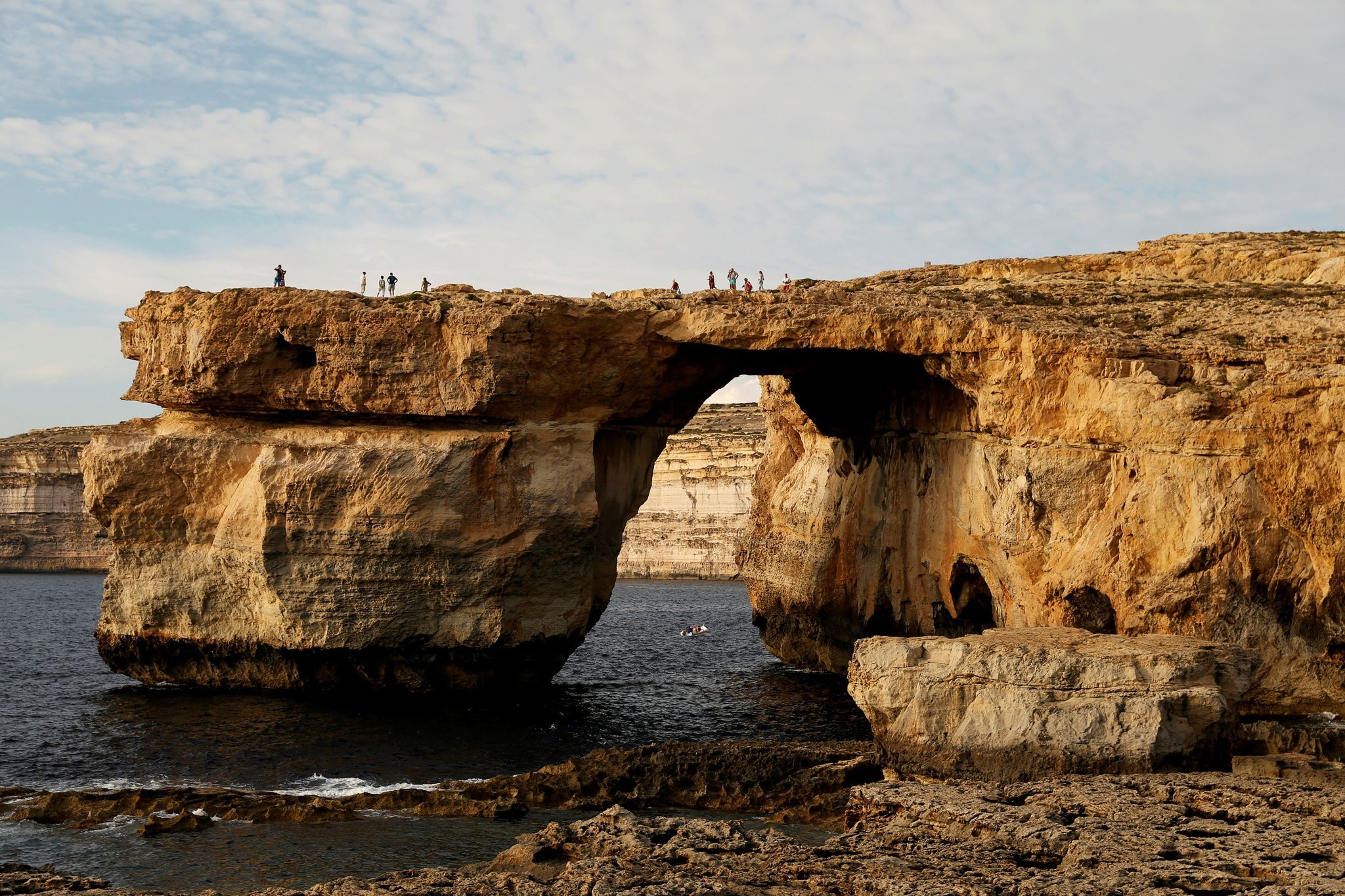 Tourists walk on the Azure Window, a 50 metre high rock arch, at Dwejra Point cliffs on the west coast of the Maltese island of Gozo September 23, 2016. (REUTERS Photo)