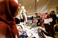 Late night Ramadan shopping shows Indonesia's economic brightening