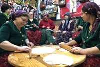 نساء يشاركن في إحياء ذاكرة الوطن عبر مطبخ الأفراح والأتراح