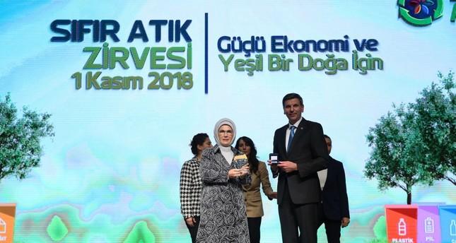 FAO Representative in Turkey Viorel Gutu presents the Zero Waste, Zero Hunger award to first lady Emine Erdoğan at the event in Ankara yesterday.