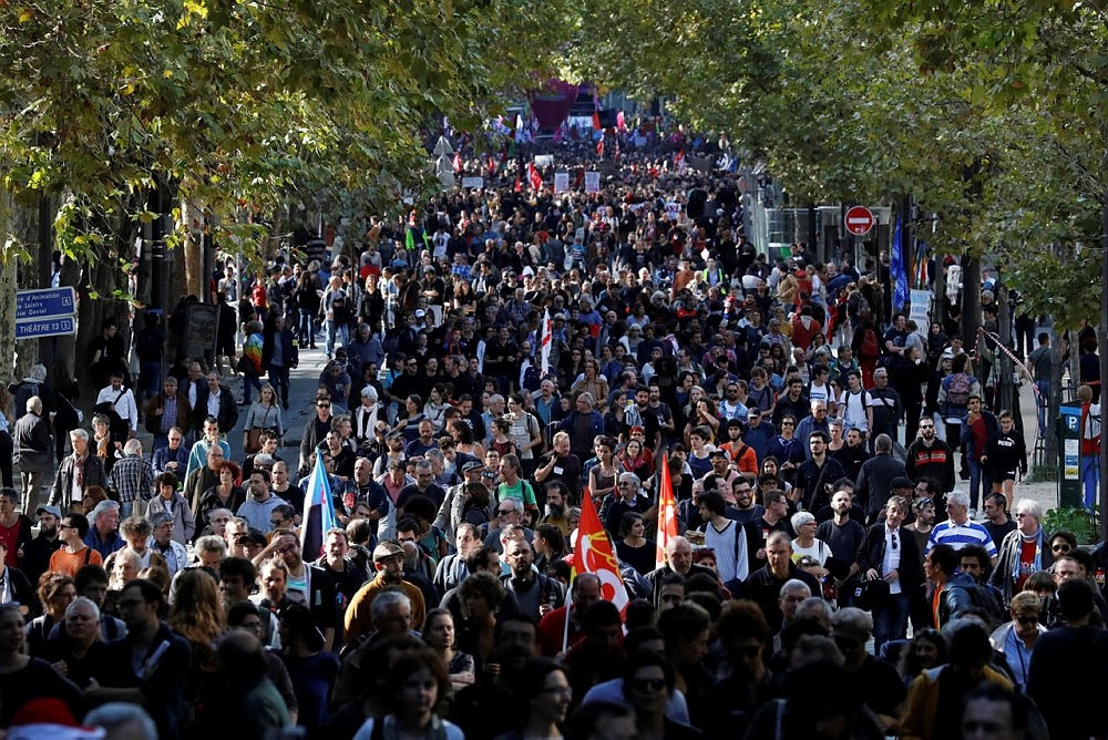 People march during a rally  to protest the French government's proposed reforms in labour laws on September 21, 2017,  in Paris. (AFP Photo)
