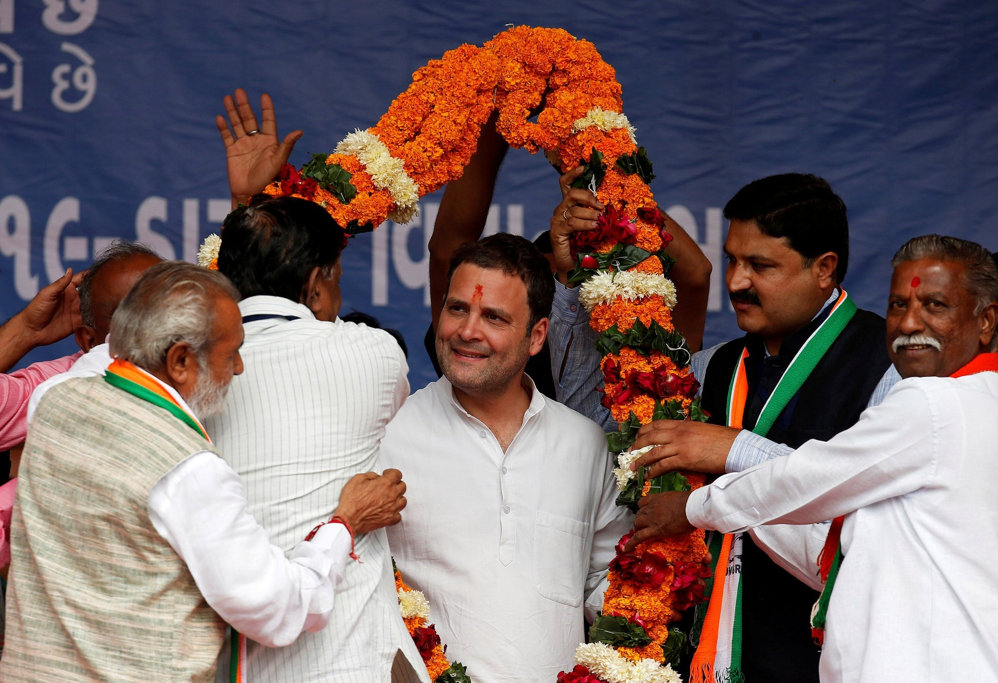 Rahul Gandhi, Vice-President of India's main opposition Congress Party, is garlanded by supporters during an election campaign meeting ahead of the second phase of Gujarat state assembly elections, in Dakor, India, December 10, 2017. (Reuters Photo)