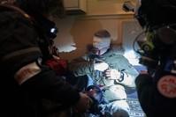 مصور وكالة الأناضول مصطفى يالجين بعيد إسعافه من إصابة في عينه بشظايا قنبلة بلاستيكية يدوية أطلقتها الشرطة الفرنسية