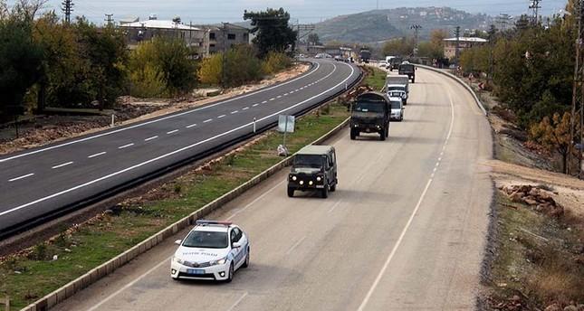 رتل التعزيزات في طريقه إلى المنطقة الحدودية (الأناضول)