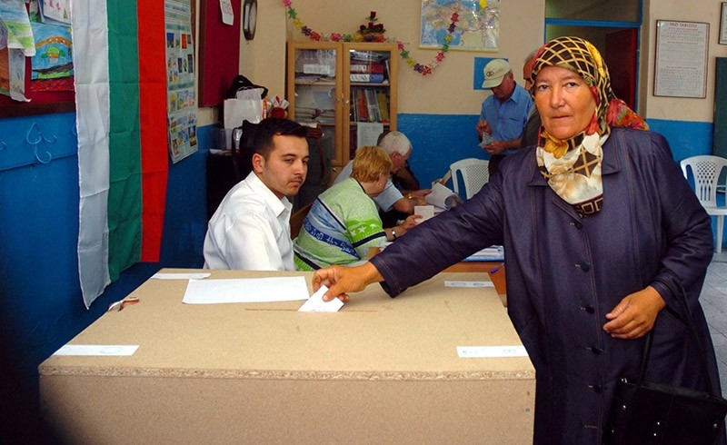 A Turkish Bulgarian woman casts her ballot in Turkey's Izmir. (AA File Photo)