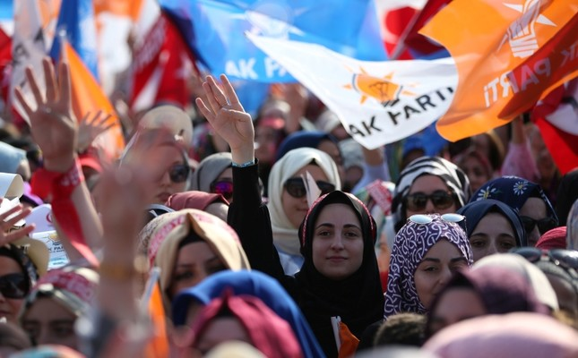 Supporters of President Recep Tayyip Erdoğan hold Turkish and AK Party flags during an election campaign rally of Justice and Development Party (AK Party) in Kocaeli, Turkey, June 10, 2018. (EPA Photo)
