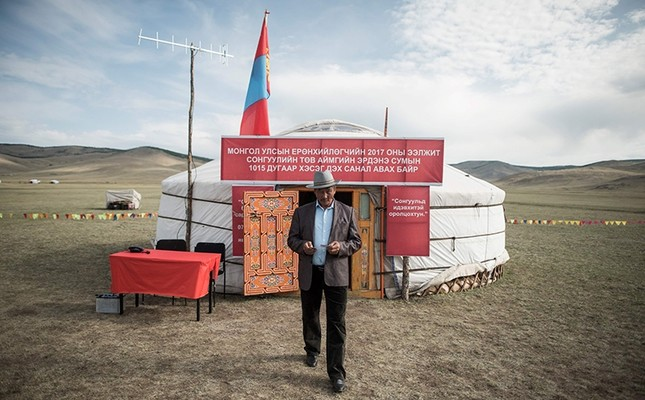 A man leaves after voting in the Mongolian presidential election at the Erdene Sum Ger (Yurt) polling station in Tuul Valley on June 26, 2017. (AFP Photo)