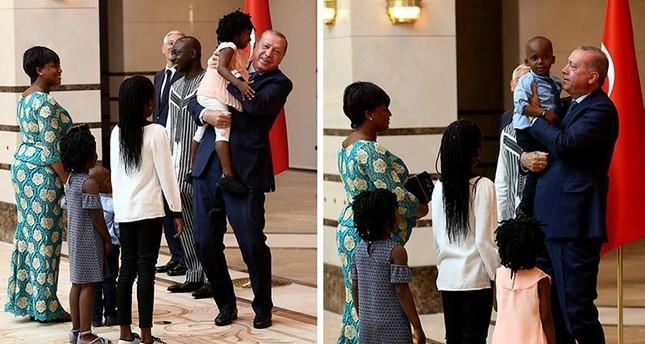 أردوغان يستقبل أطفال سفير بوركينا فاسو بالمجمع الرئاسي