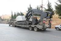 عبرت، اليوم الخميس، قافلة محملة بجرافات عسكرية الحدود التركية في ولاية هاطاي الحدودية مع سوريا، وتمركزت في المنطقة العازلة بين حدود الدولتين.  واجتازت الشاحنات معبر