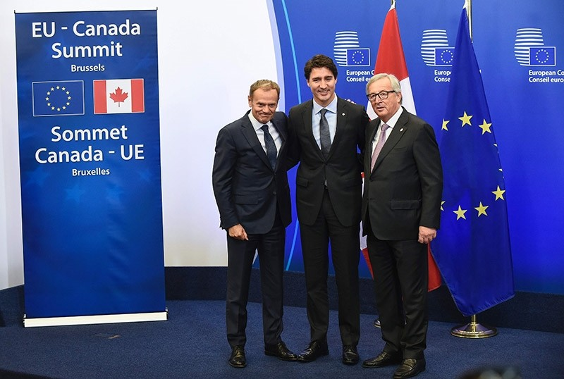 European Council President Donald Tusk, Canadian Prime Minister Justin Trudeau and European Commission President Jean-Claude Juncker arrive at the EU-Canada summit meeting, on October 30, 2016 at the European Union HQ in Brussels. (AFP Photo)