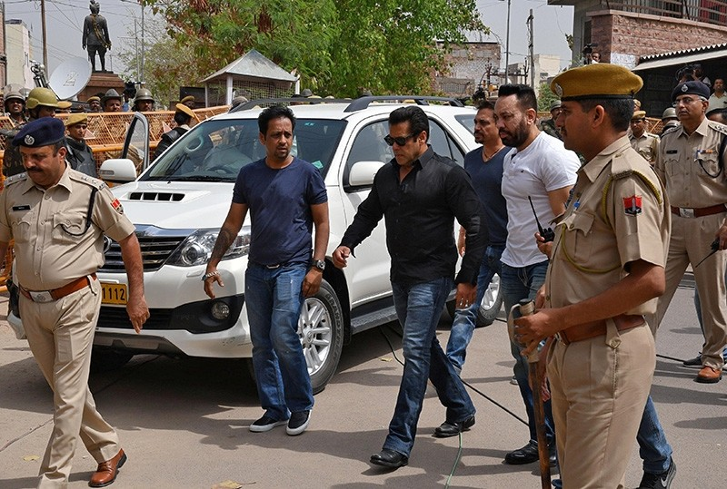 Bollywood actor Salman Khan (C) arrives at a court in Jodhpur in the western state of Rajasthan, India,  April 5, 2018 (Reuters Photo)