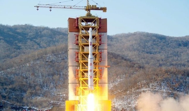 A North Korean long-range rocket is launched into the air at the Sohae rocket launch site, North Korea, in this photo released by Kyodo February 7, 2016. (Reuters Photo)