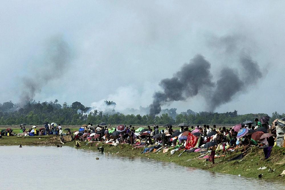 Smoke billows above a burning village in Myanmar's Rakhine state on September 4, 2017. (AFP Photo)