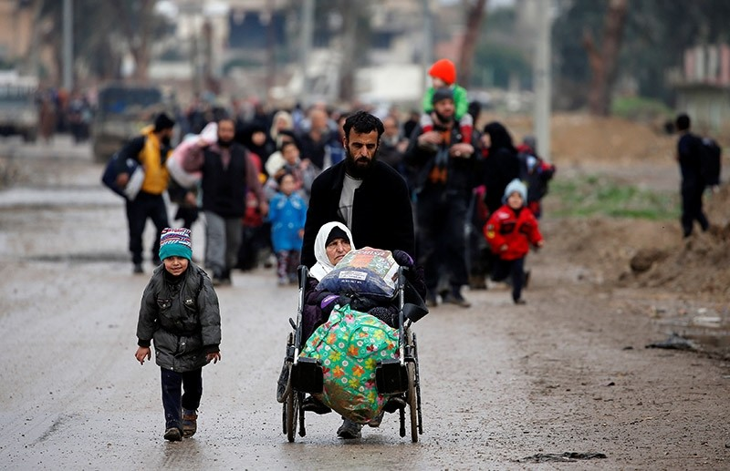 Displaced Iraqi people from different areas in Mosul flee their homes after clashes to reach safe areas, as Iraqi forces battle with Islamic State militants in the city of Mosul, Iraq March 18, 2017. (Reuters Photo)