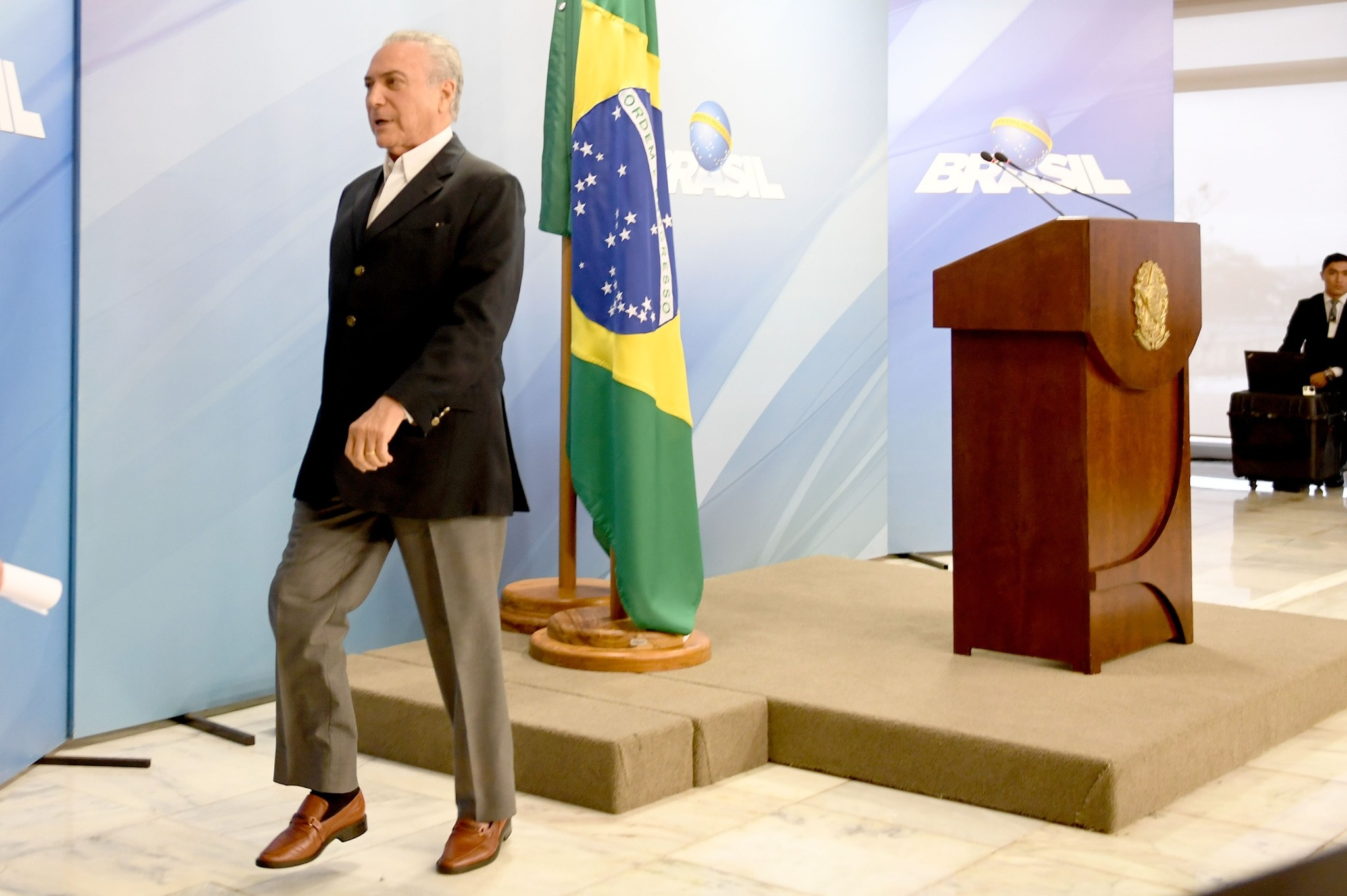 Brazilian President Michel Temer leaves after making a statement at Planalto Palace in Brasilia, Brazil, on May 20, 2017. (AFP Photo)