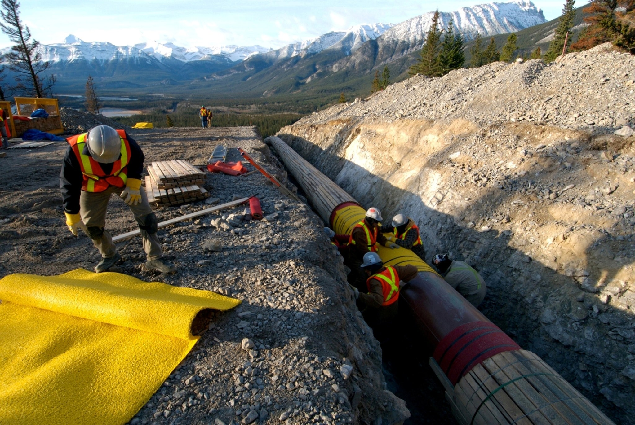 Workers construct the Anchor Loop section of Kinder Morgan's Trans Mountain pipeline expansion in Jasper National Park (Reuters File Photo)