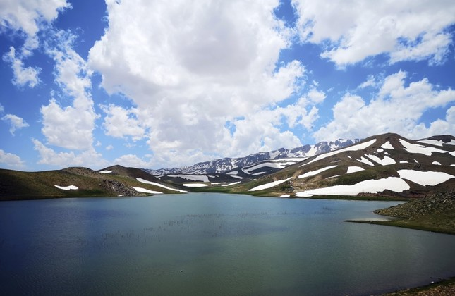 Apart from its natural beauty, Lake Eğrigöl also has rich flora.