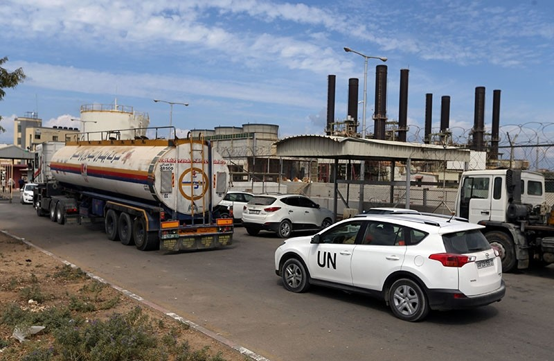 A United Nations vehicle follows a fuel tanker as it arrives at the Gaza power plant, in the central Gaza Strip Oct. 9, 2018. (Reuters Photo)