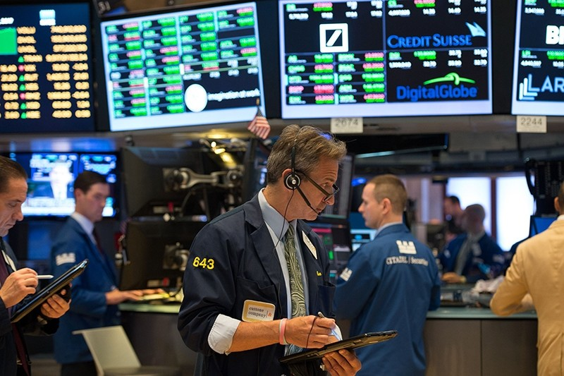 Traders work on the floor at the closing bell of the Dow Jones Industrial Average at the New York Stock Exchange on June 28, 2017 (AFP Photo)