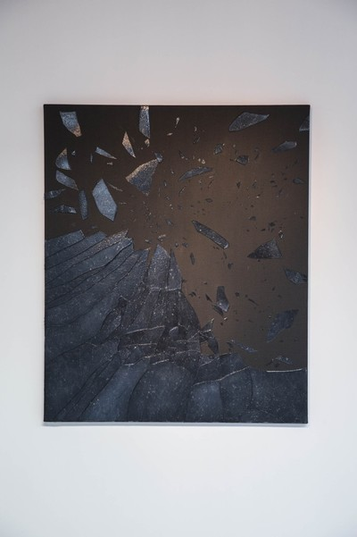 Black serves as the background for all the canvases on display. The color gives a certain weight to the work alongside its pessimism but also its seriousness.