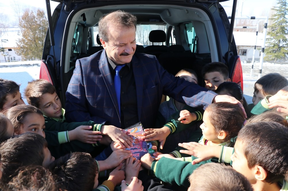 Zeki Aktu00fcrk hands out books from the back of his car to children in a village of Ku00fctahya on Jan. 24, 2019.