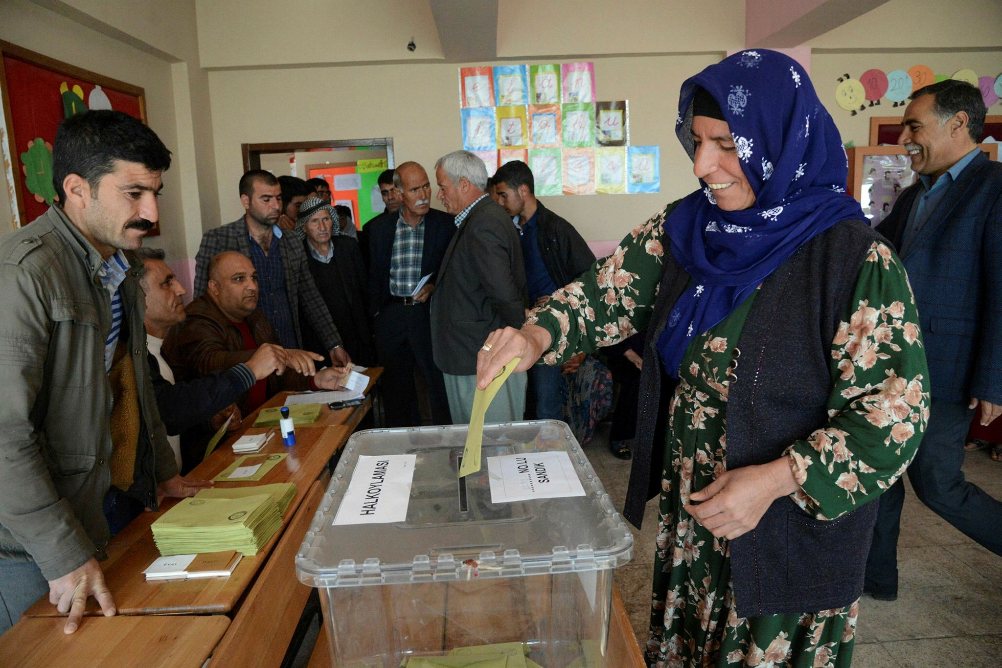 A woman casts her ballot during the referendum April 16, 2017 in Diyarbaku0131r. (AFP Photo)