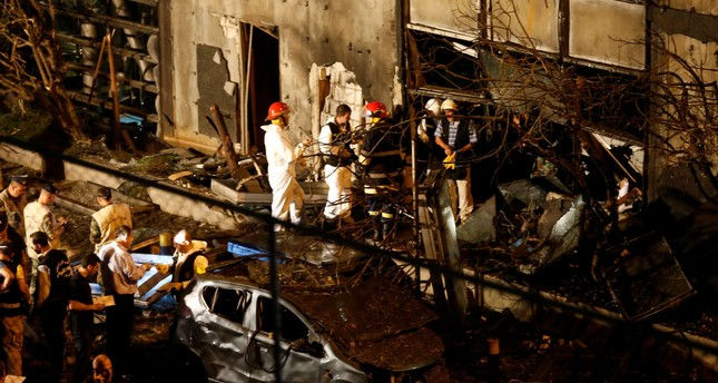 Forensic inspectors examine the site of an explosion at the headquarters of the Lebanese Blom Bank in Beirut, Lebanon June 12, 2016. (REUTERS Photo)